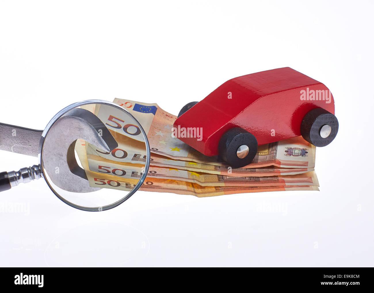 Auto Kosten prüfen der Werkstatt Rechnung mit Lupe - Stock Image