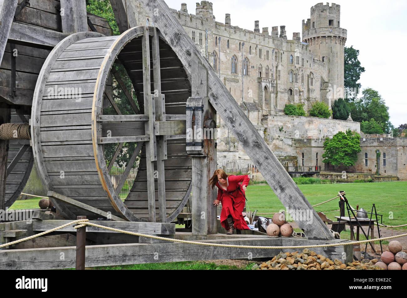 que suis je? où suis je?Martin 8 octobre trouvé par Ajonc et Martine Warwick-castle-england-uk-a-young-woman-and-an-authentic-recreation-E9KE2C