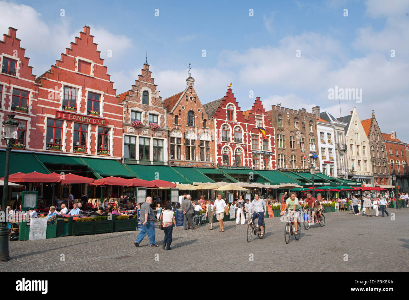 MARKET SQUARE IN BRUGGES WITH TOURISTS AND CAFES - Stock Image