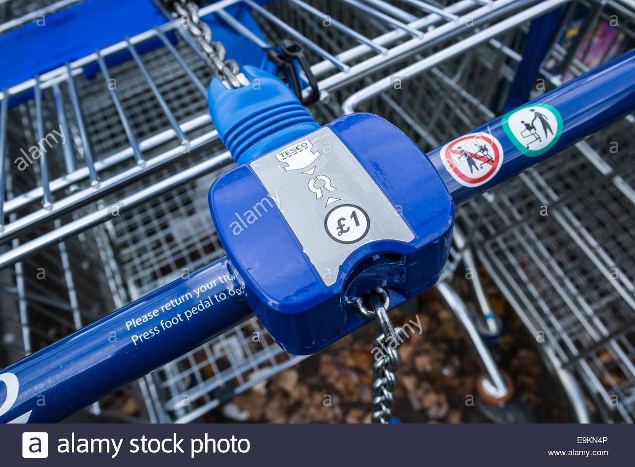 £1 coin lock on Tesco supermarket trolley - Stock Image