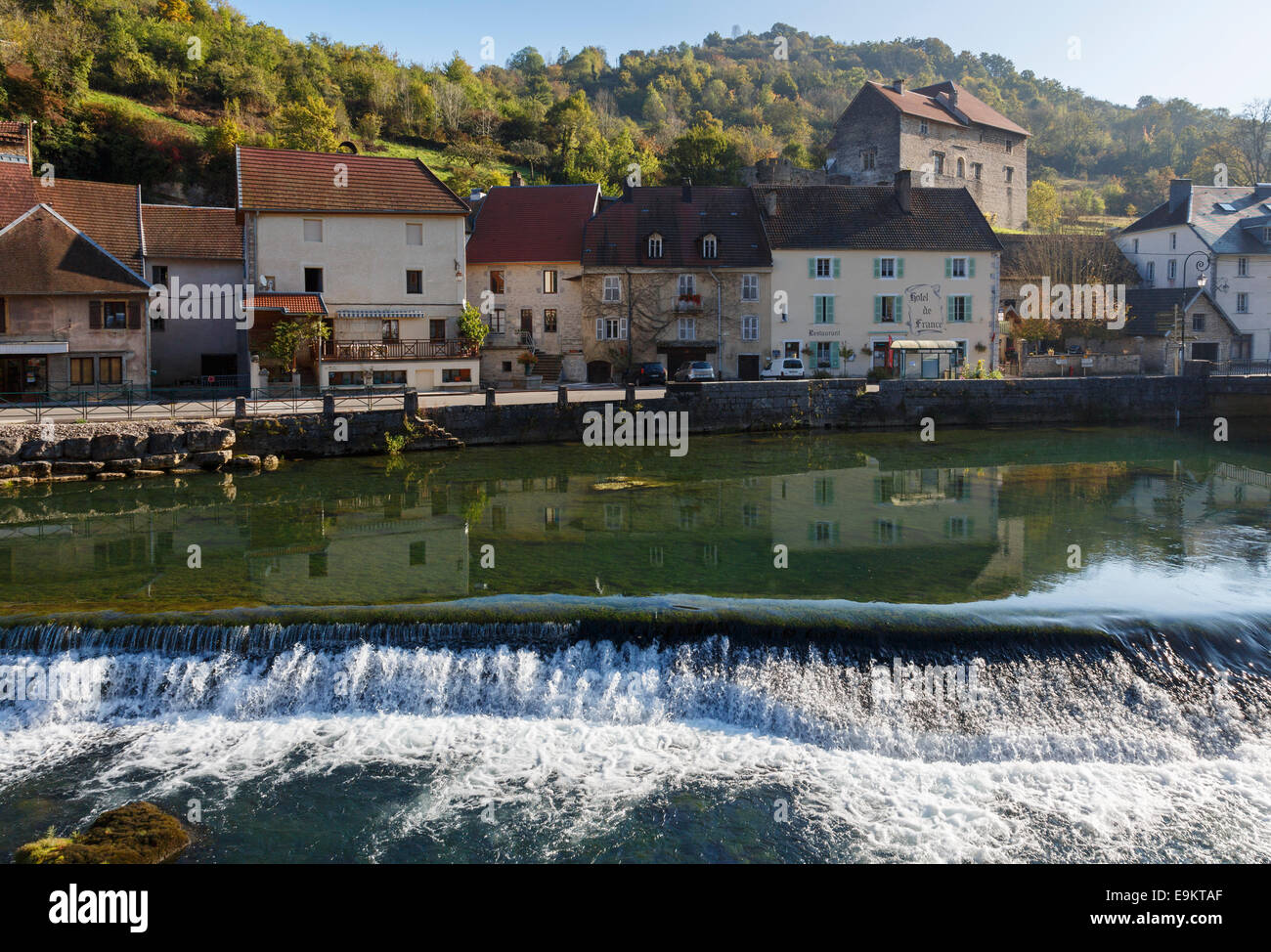 River Loue flowing through picturesque village with winegrowers houses in Lods, Loue Valley, Doubs, Franche-Comte, - Stock Image