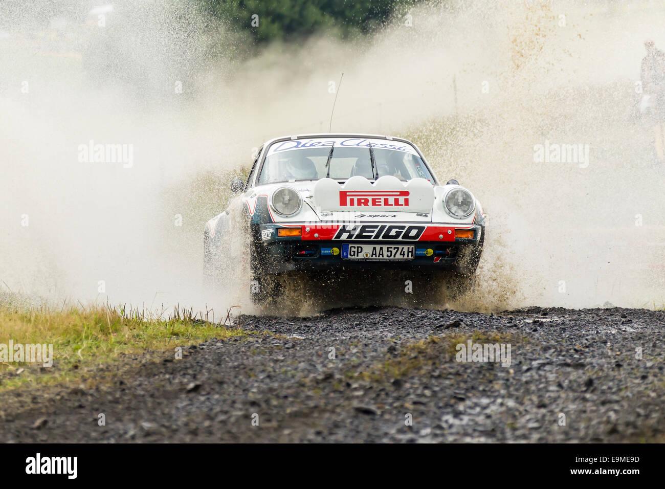 Oldtimer Eifel Rallye Festival 2014, crossing a water hole, WP 1 Bosch Super Stage, Porsche 911, Daun, Vulkaneifel, - Stock Image