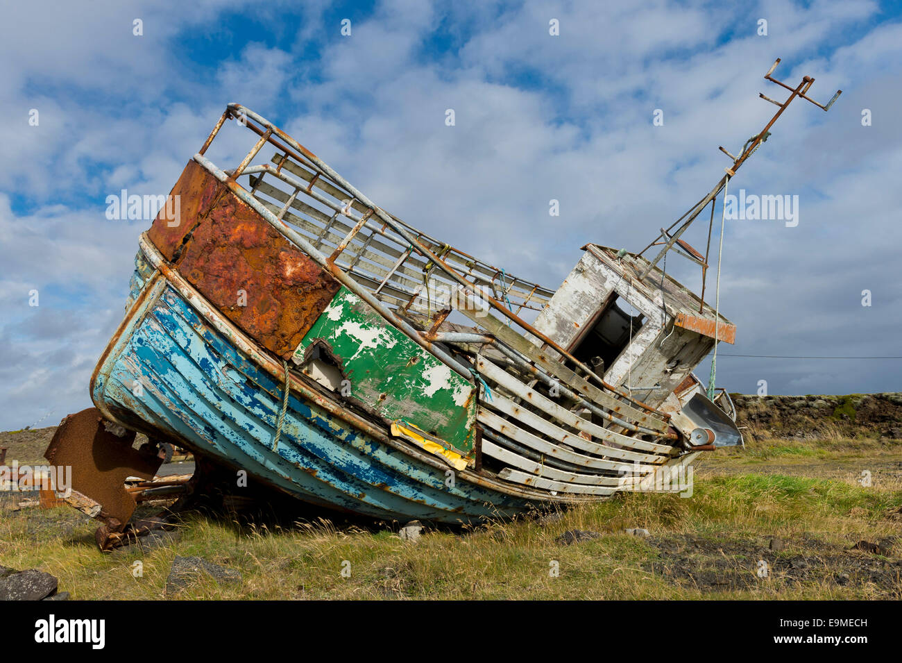 Rusting, decaying old fishing boat, Reykjanesskagi, Southern Peninsula or Reykjanes, Iceland - Stock Image