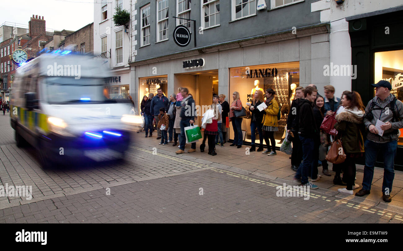 York, UK 29th October, 2014.  City Emergency on Coney St  of York _Retail Woes as Women Eschew Autumn Fashions as - Stock Image