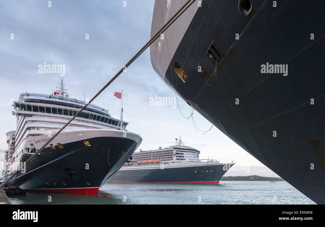 The Cunard liners Queen Elizabeth (right) and Queen Victoria take up bow-to-bow positions at Southampton docks as - Stock Image