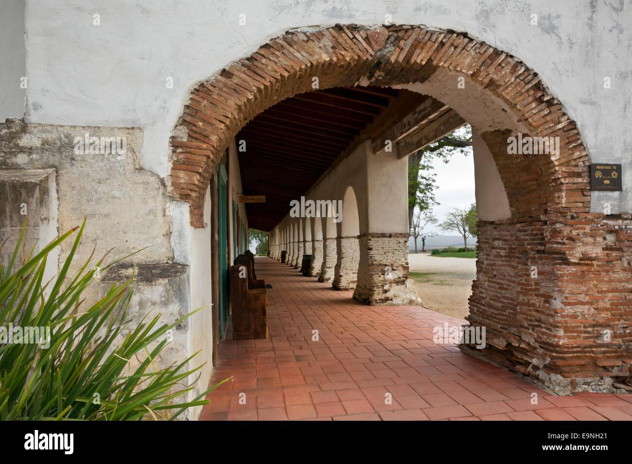CALIFORNIA - Covered walkway at Mission San Juan Bautista at the San Juan Bautista State Historic Park near Hollister. - Stock Image