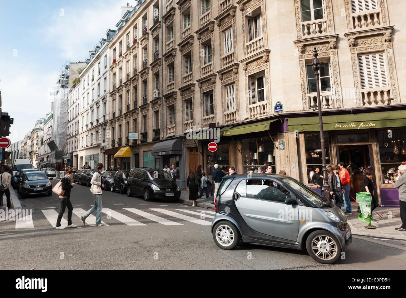 Smart car in Le Marais - trendy district of Paris - Stock Image