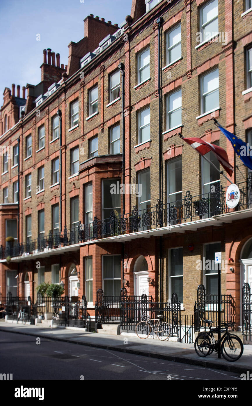 https://c8.alamy.com/comp/E9PPP5/brick-exterior-of-victorian-terraced-apartment-buildings-in-london-E9PPP5.jpg