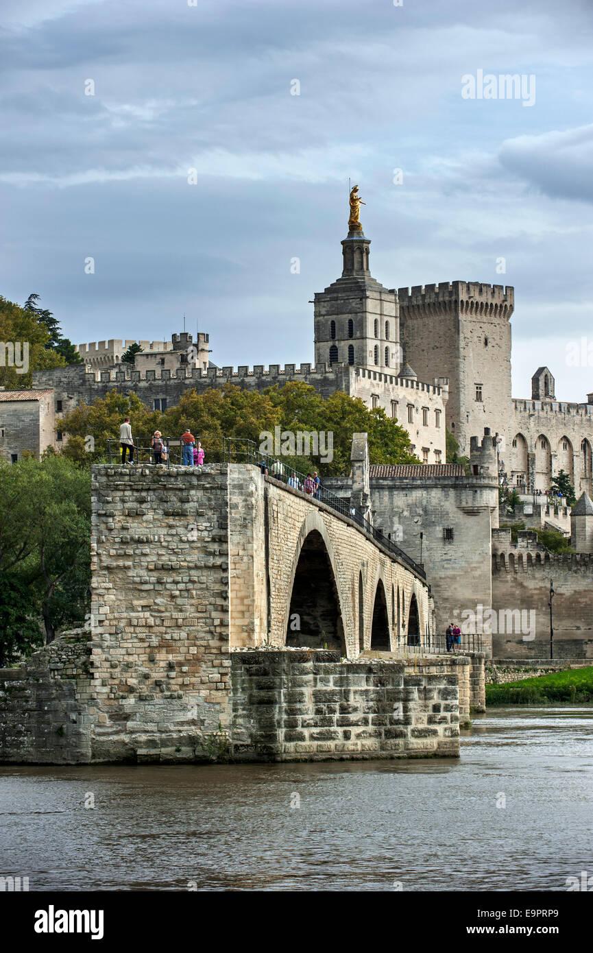 Pont Saint-Bénézet / Pont d'Avignon, Palais des Papes / Papal palace and Avignon Cathedral, Vaucluse, - Stock Image