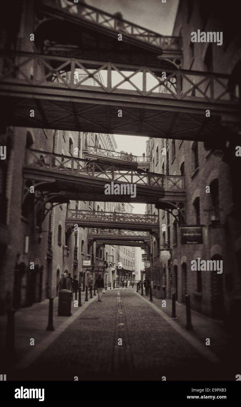 Thames Shad alley way showing cross over walkways.   B&W image. - Stock Image
