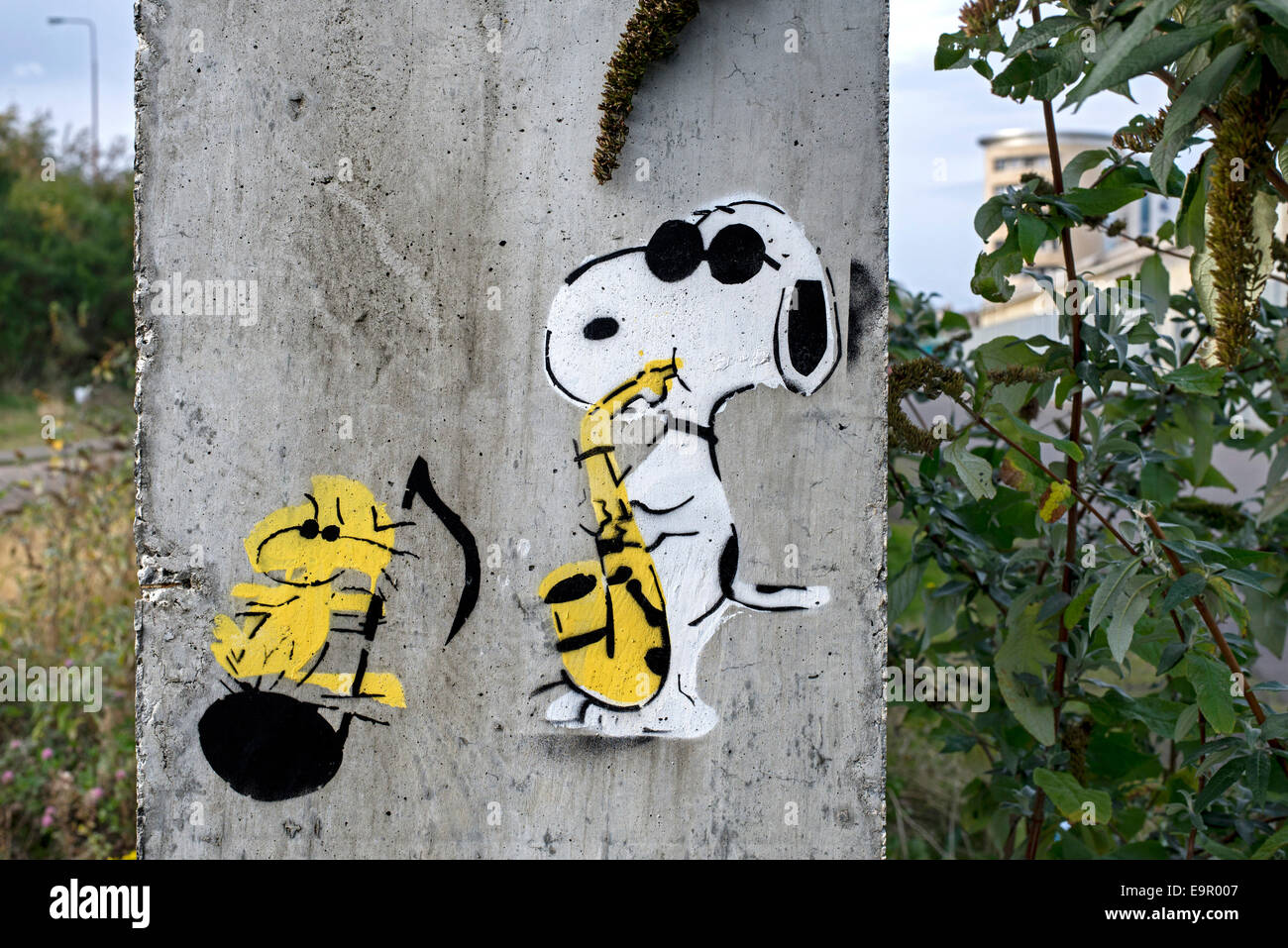 Stencil graffiti featuring the characters Snoopy and Woodstock from the Peanuts cartoon series, created by  Charles - Stock Image