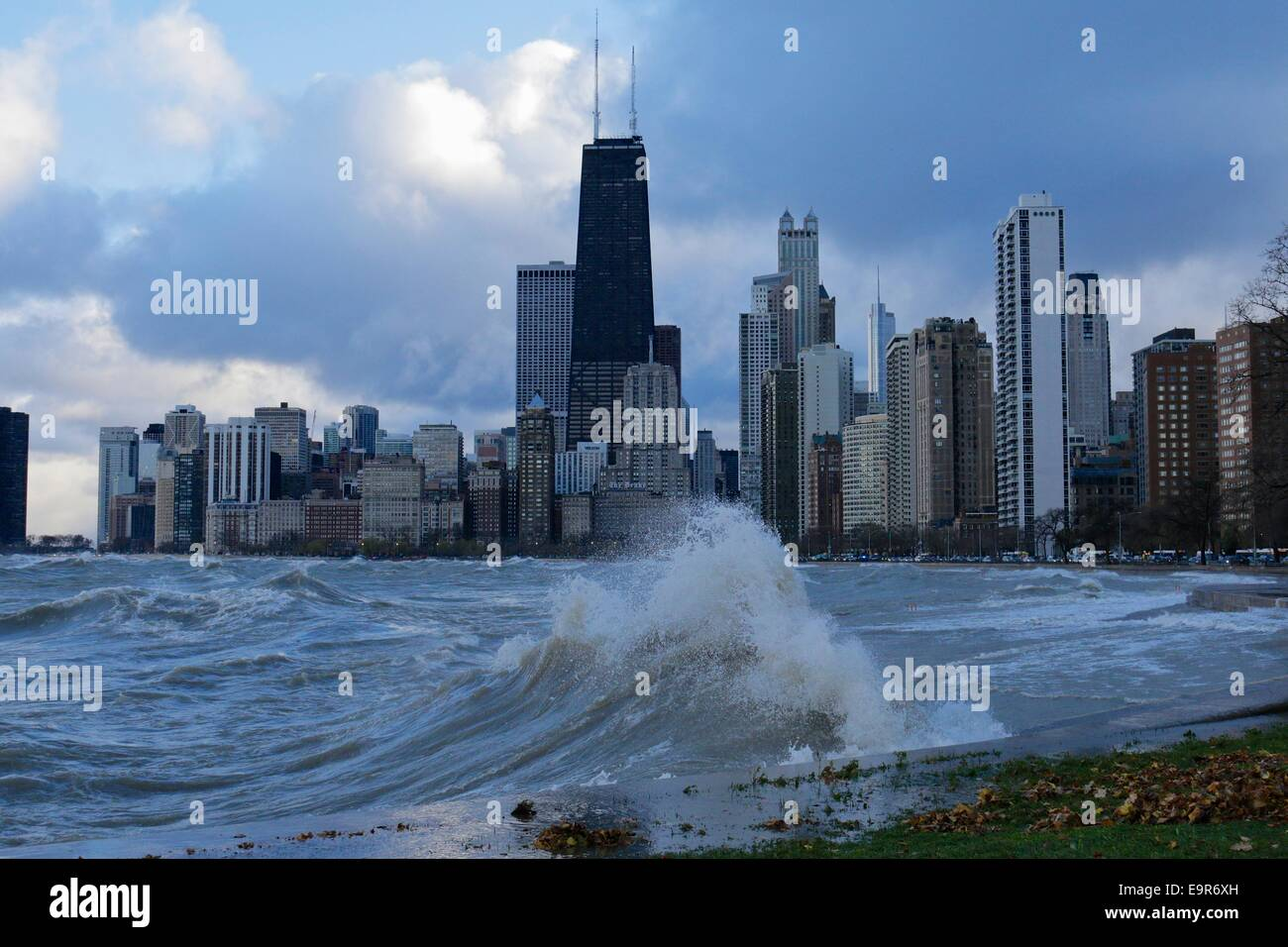 Chicago, Illinois, USA. 31st October, 2014. Huge Lake Michigan waves raised by gale force winds forced the closing Stock Photo