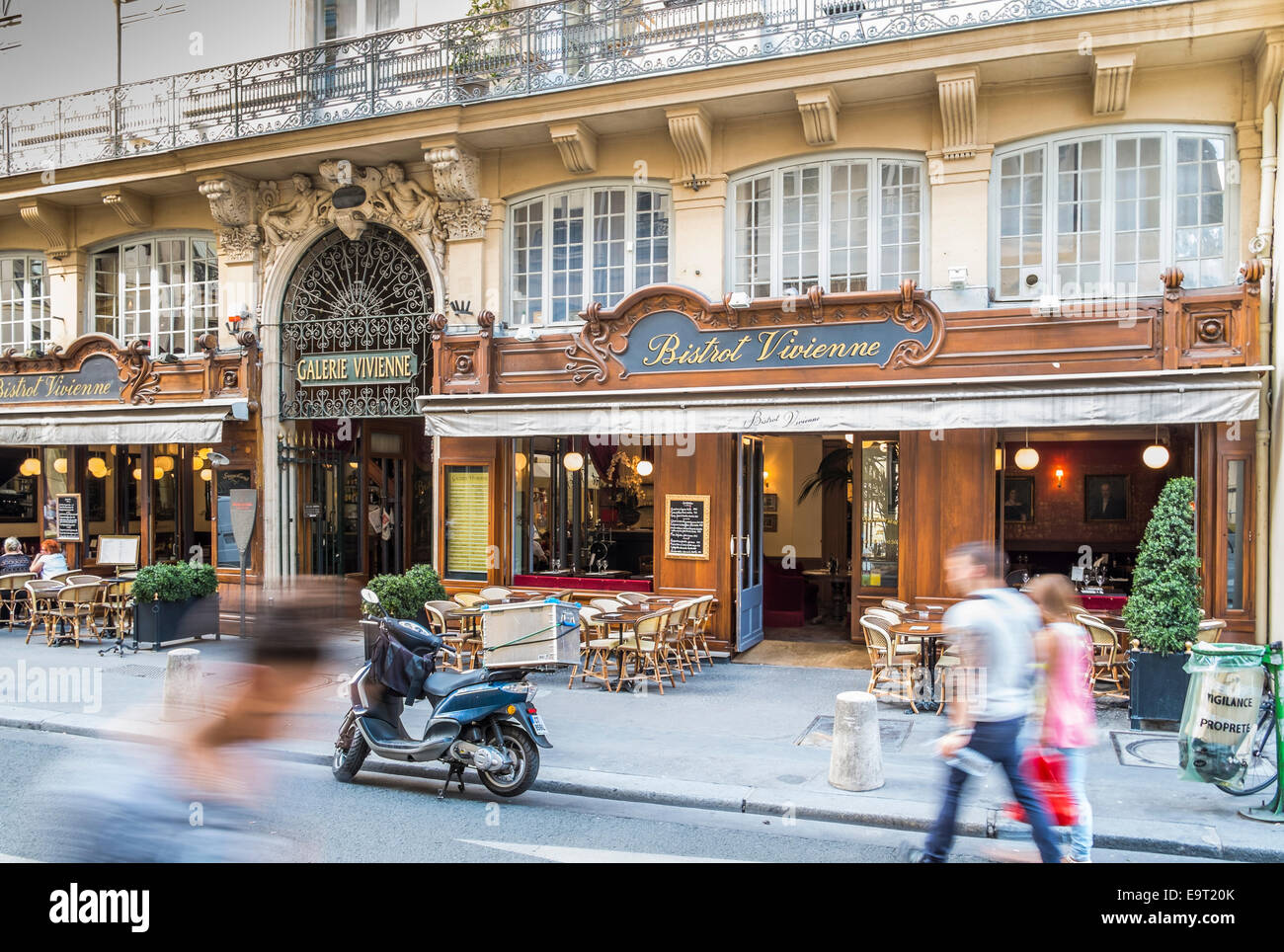 street scene in front of bistrot vivienne and entrance to the passage galerie vivienne from rue des petits-champs - Stock Image