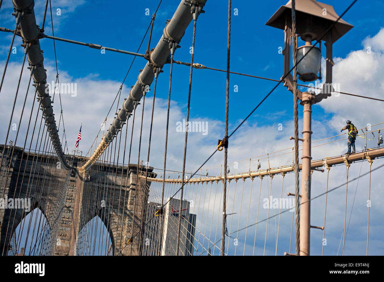 Construction worker on the Brooklyn Bridge - Stock Image