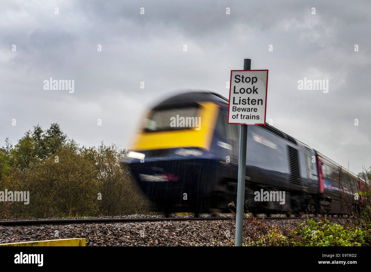 Bathford, Somerset, UK. 02nd Nov, 2014. A diesel train passes a crossing near the village. Network Rail is electrifying Stock Photo