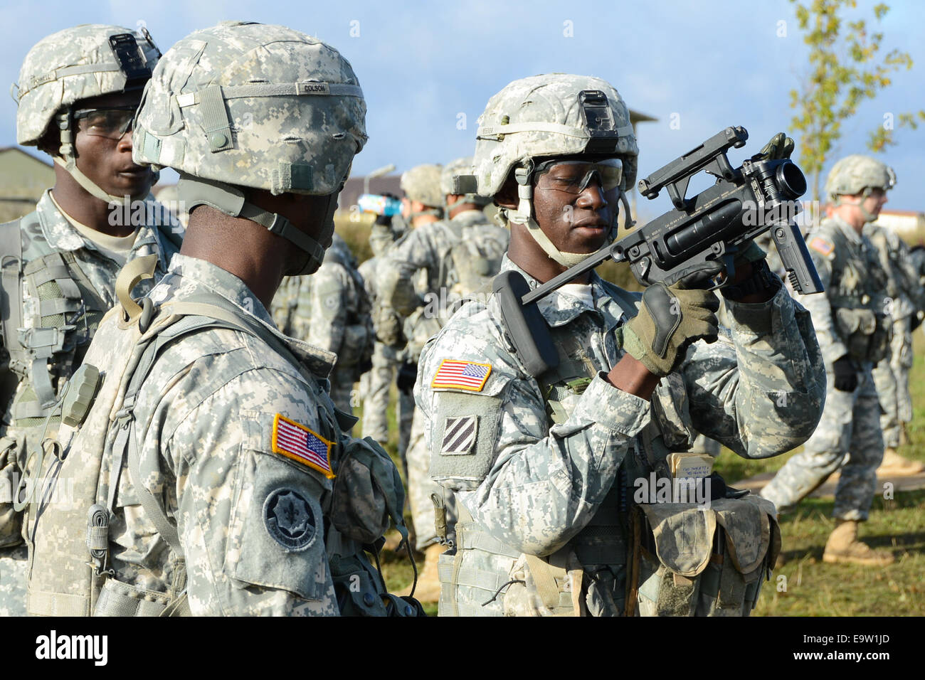 A U.S. Soldier assigned to the 2nd Cavalry Regiment unloads and clears an M320 grenade launcher while participating - Stock Image
