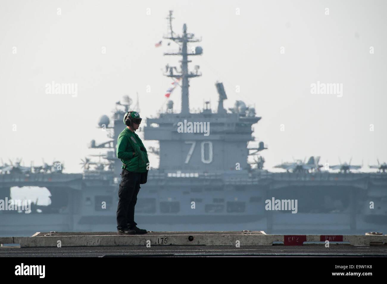 The aircraft carrier USS Carl Vinson (CVN 70), background, relieves the aircraft carrier USS George H.W. Bush (CVN Stock Photo