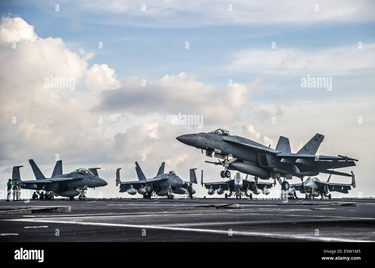 A U.S. Navy F/A-18E Super Hornet aircraft assigned to Strike Fighter Squadron (VFA) 195 prepares to make an arrested Stock Photo