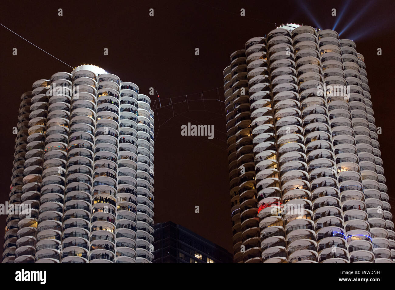 Chicago, Illinois, USA. 2nd November, 2014. Nik Wallenda walks across the Marina Towers while blindfolded in Chicago, - Stock Image