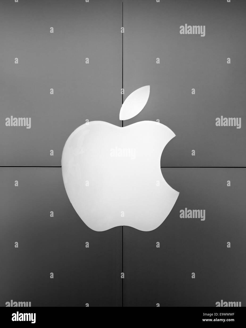 Exterior of an Apple Store with logo, Ardmore, Pennsylvania, USA Stock Photo