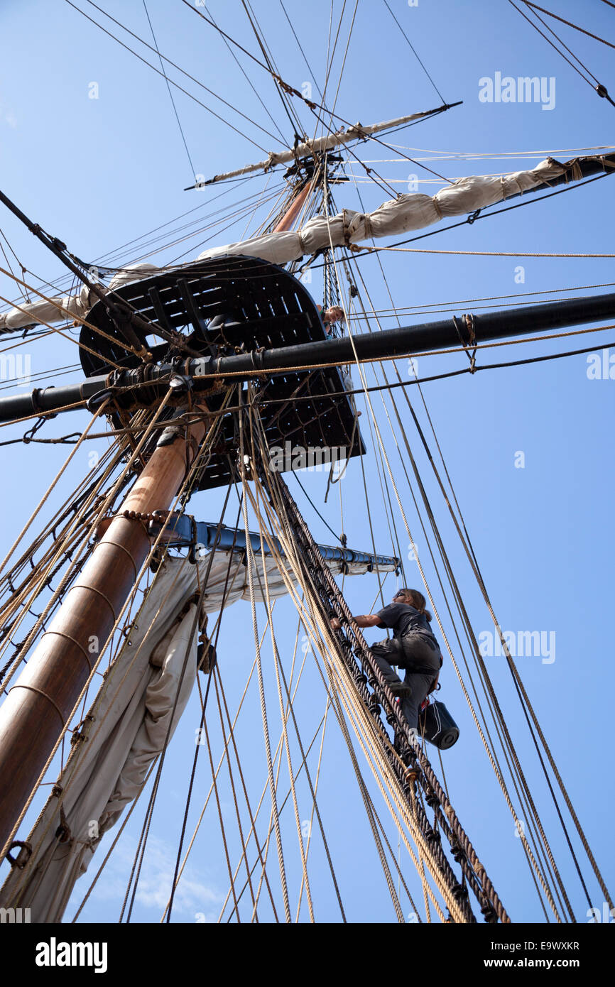 Sailors of the frigate 'Hermione' climbing up the rigging (Rochefort-France). Matelots de l'Hermione - Stock Image