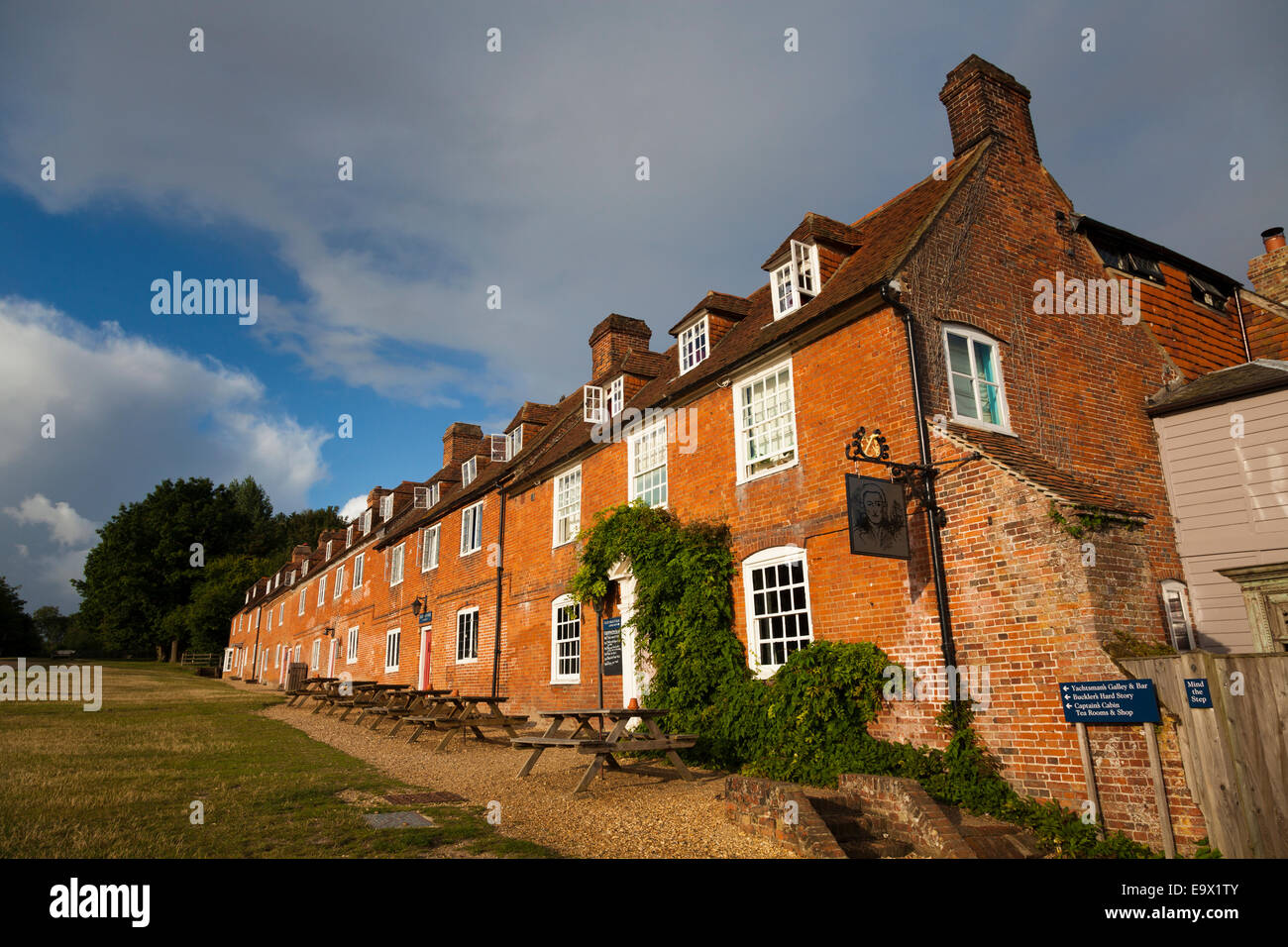 Exterior of traditional cottages used as pub at the Master Builders Bucklers Hard Stock Photo