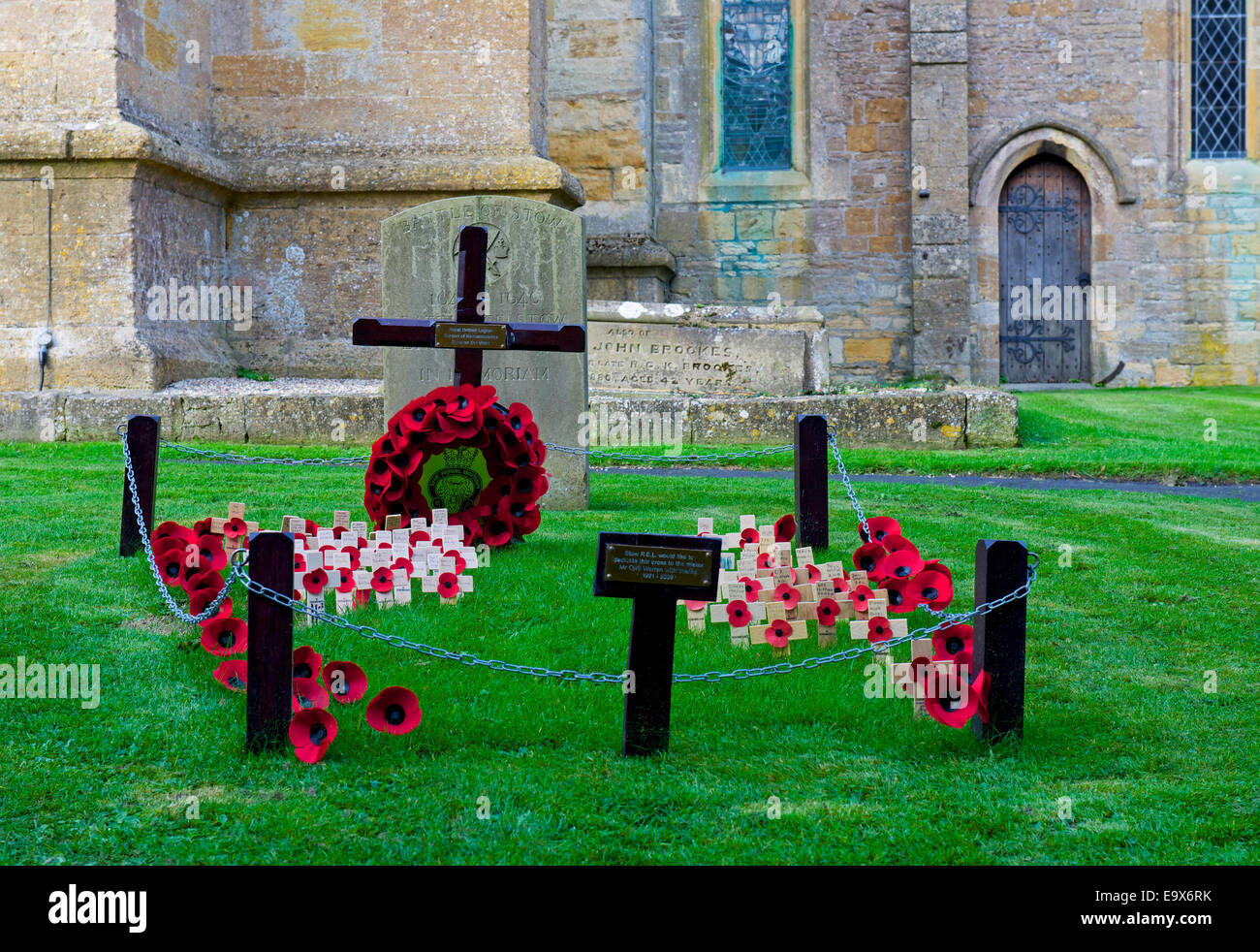 Display of poppies for Remembrance Day, in the churchyard of the parish church in Stow-in-the-Wold, Gloucestershire, - Stock Image