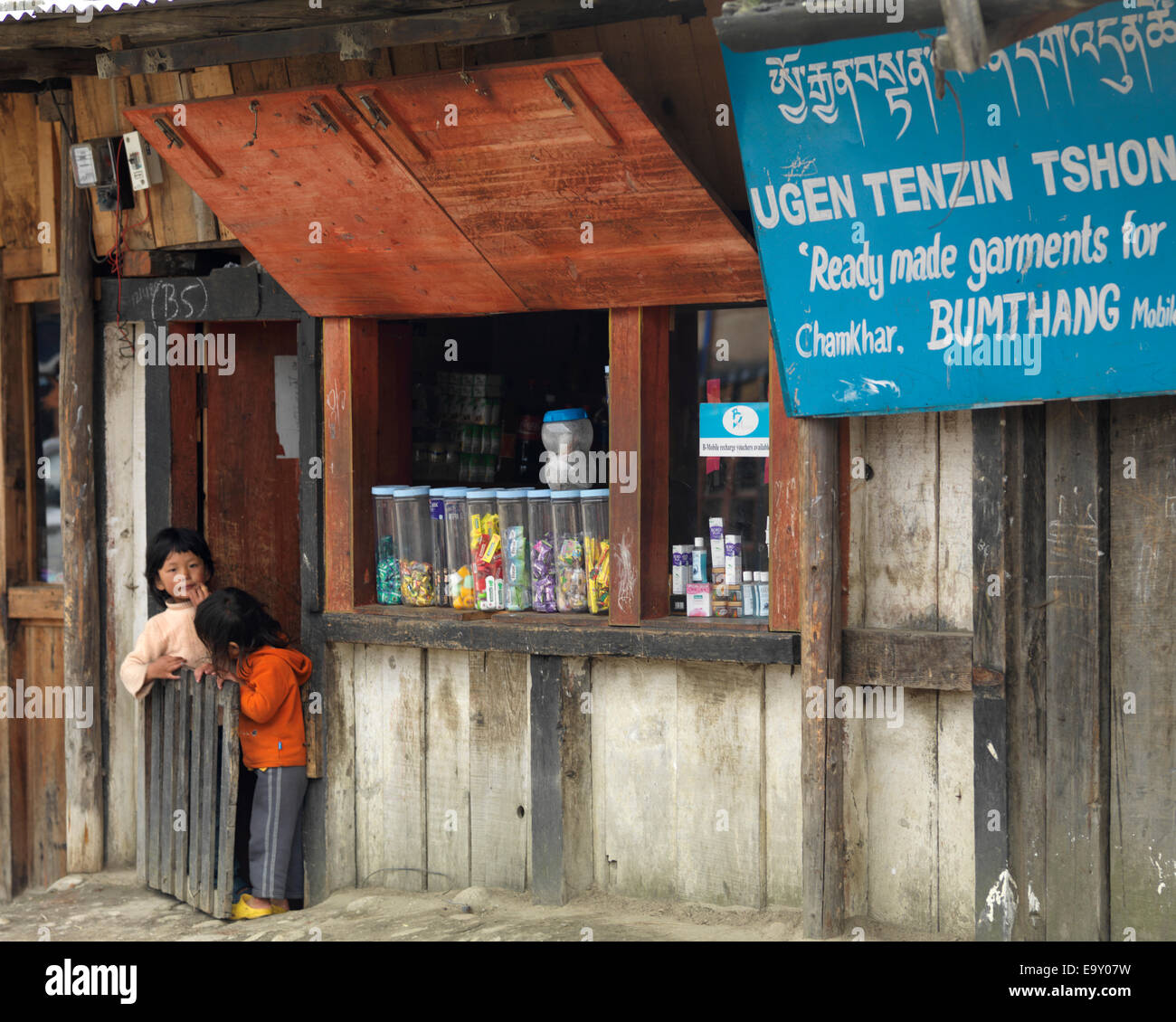Two children at a shop, Chokhor Town, Bumthang District, Bhutan - Stock Image
