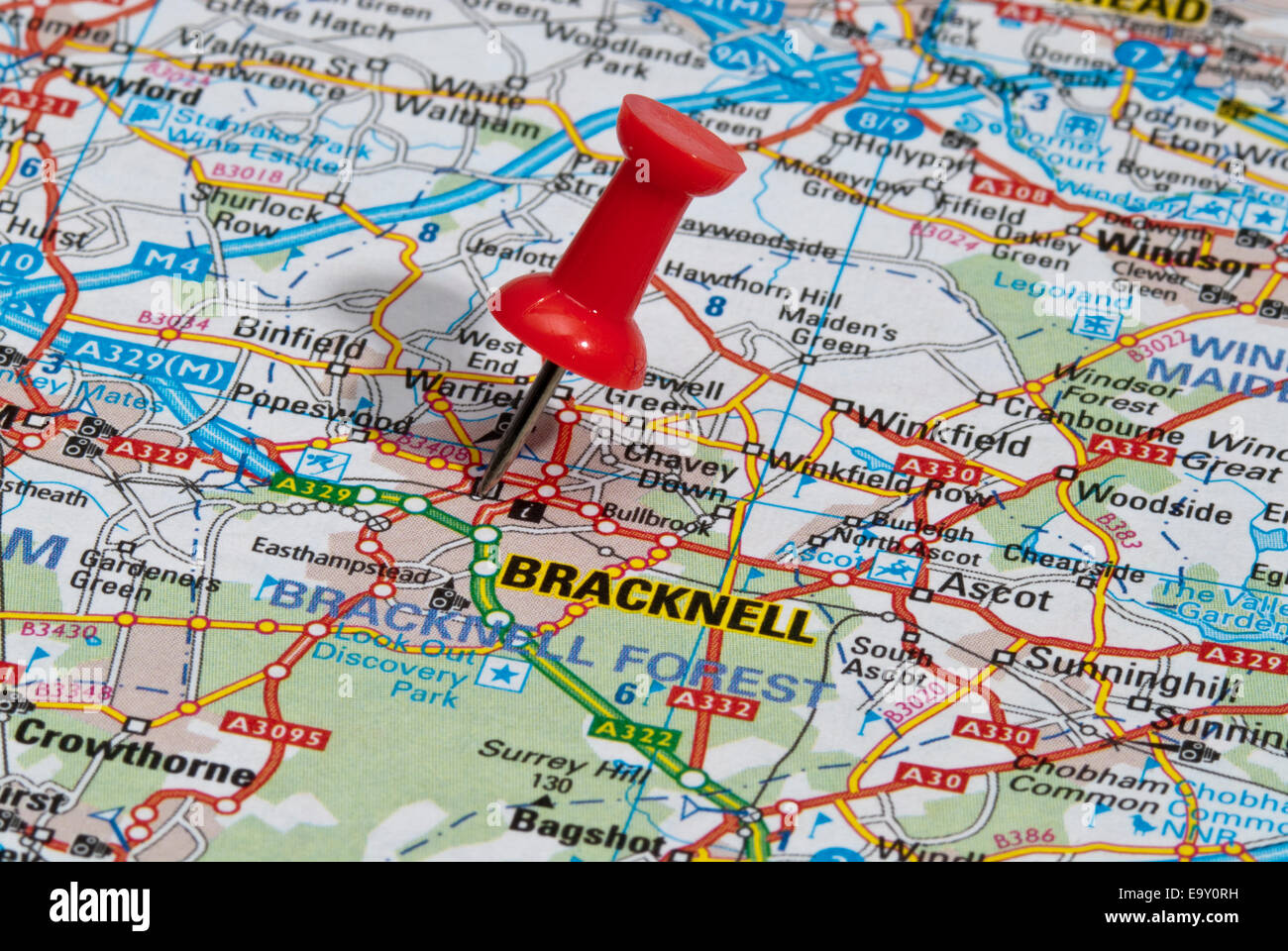 red map pin in road map pointing to city of Bracknell Stock Photo