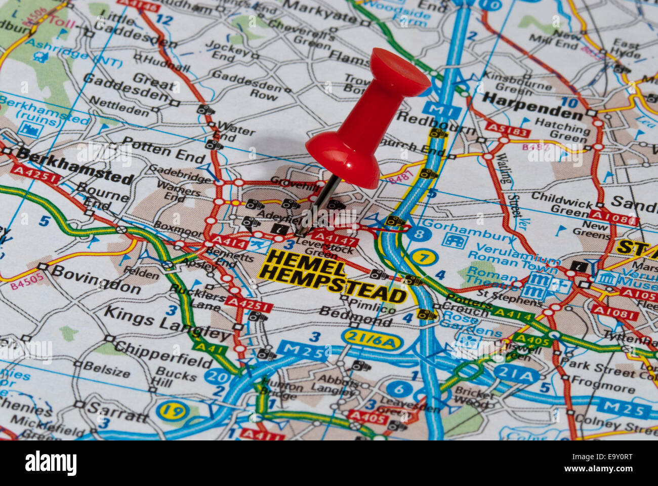 red map pin in road map pointing to city of Hemel Hempstead Stock