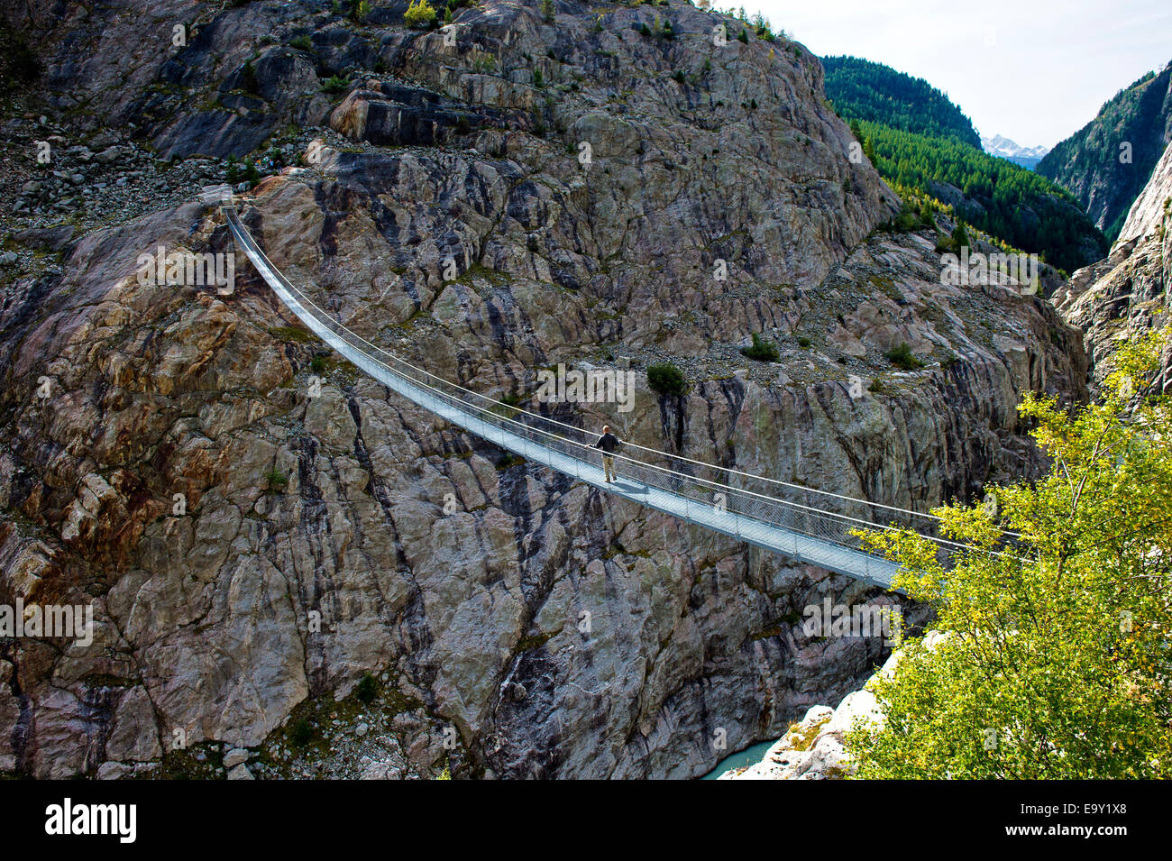 Stressed-ribbon bridge across Massa Gorge, Belalp tourism region, Canton of Valais, Switzerland - Stock Image