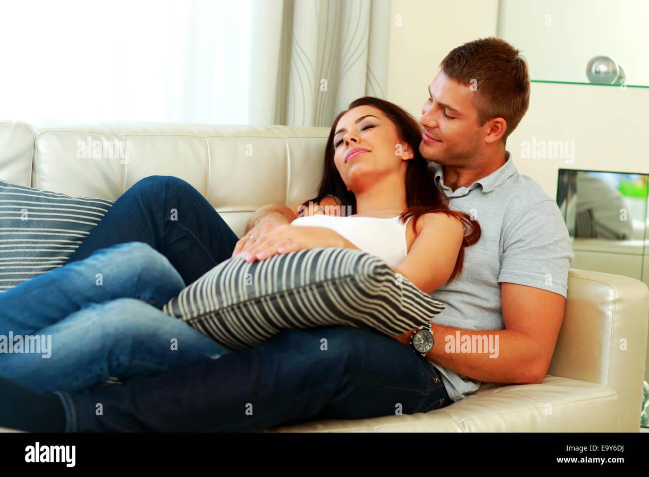 скачать жаркая парочка на диване