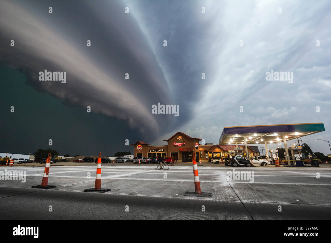 Very fast moving and severe bow echo moves down the highway from Redfield to Watertown South Dakota. - Stock Image