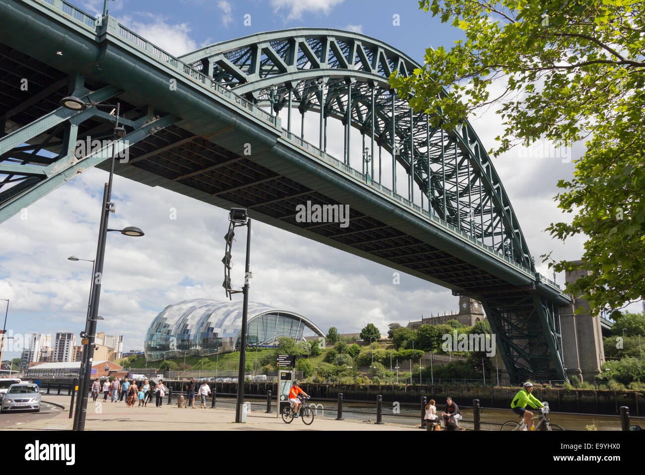 Newcastle Tyne Bridge, dating from 1928, towering over  the revitalised Quayside area and framing the postmodern Stock Photo