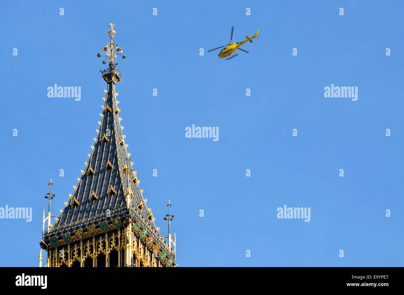 London, England, UK. Helicopter flying over the Houses of Parliament - Stock Image