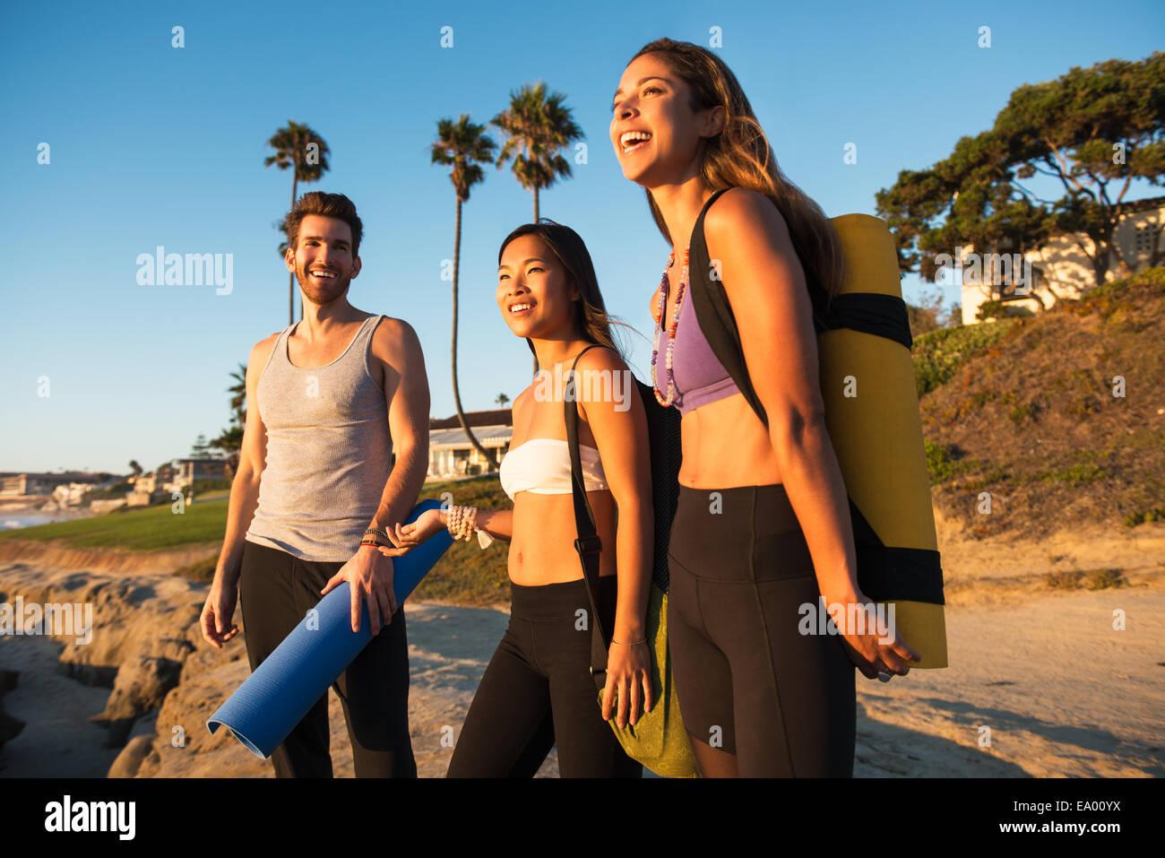 Yogis arriving at Windansea beach, La Jolla, California - Stock Image