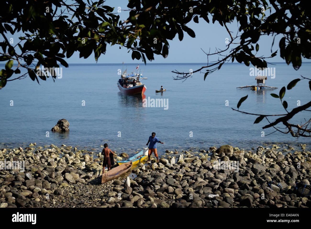 Fishermen of Lamagute village, Lembata Island, East Nusa Tenggara province, Indonesia. - Stock Image