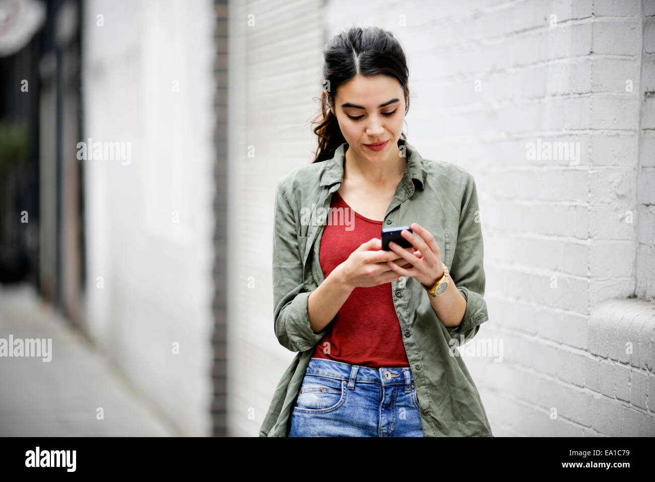 Woman using smartphone - Stock Image