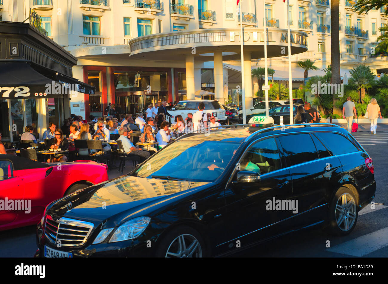 People chilling in Cannes - Stock Image