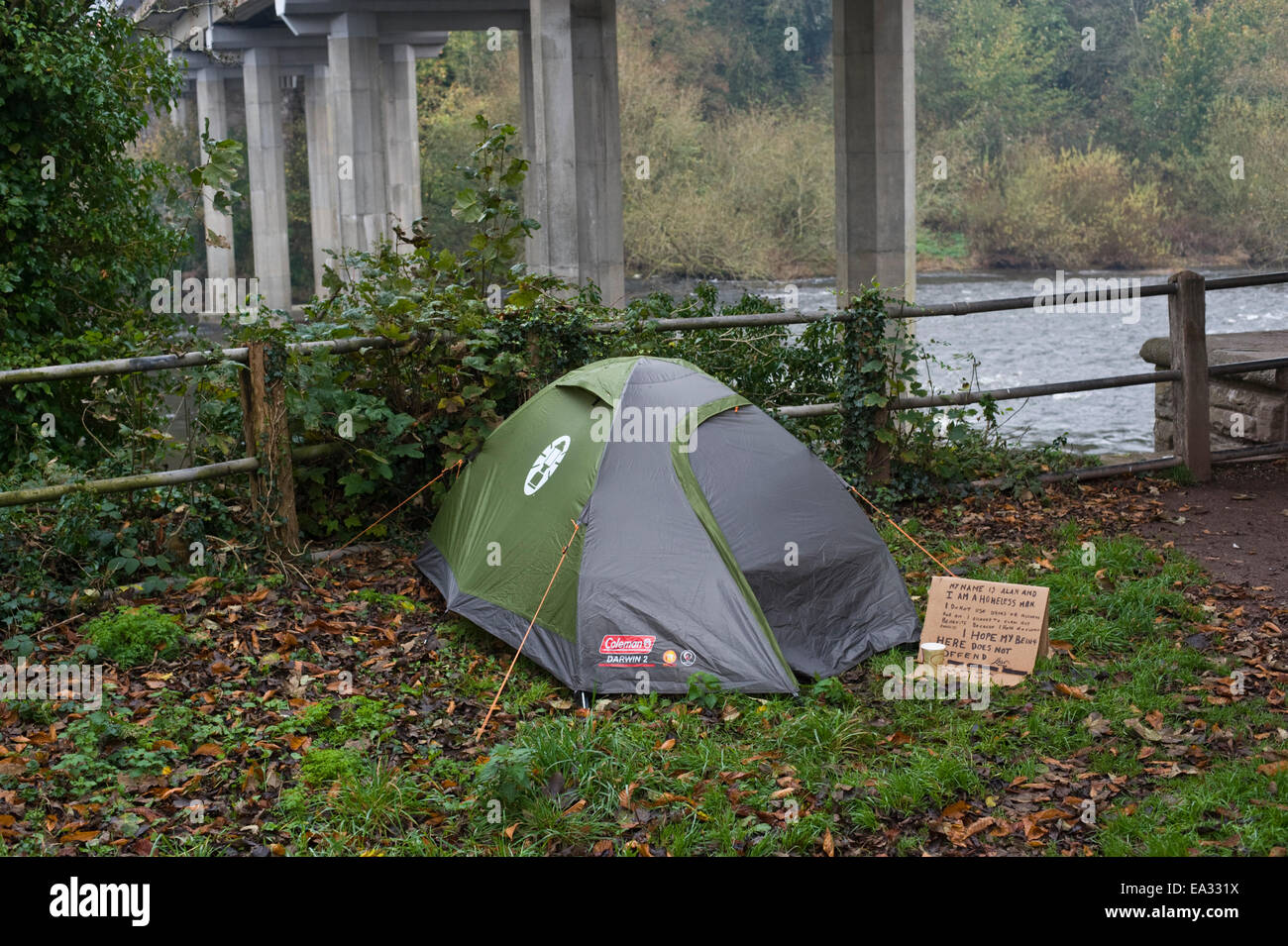 Hay-on-Wye, Powys, Wales, UK 6th Nov 2014. Tent of homeless man called 'Alan' living under the road bridge - Stock Image