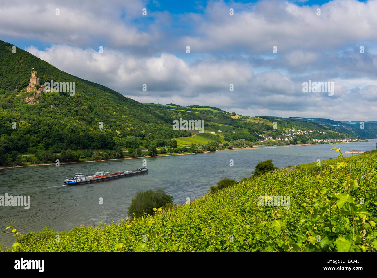 Cargo boat passing Castle Sooneck on the River Rhine, Niederheimbach. Upper Rhine Valley, UNESCO Site, Hesse, Germany - Stock Image