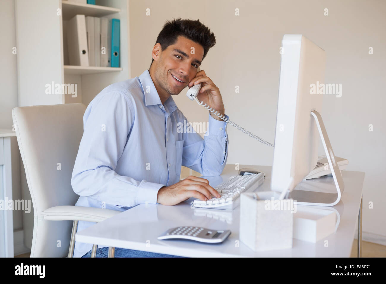 Casual businessman talking on the telephone - Stock Image