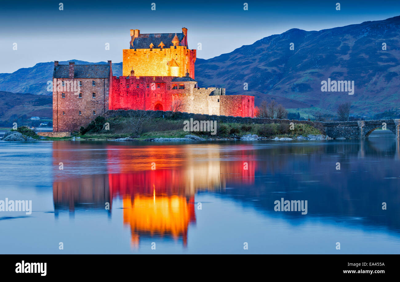 EILEAN DONAN CASTLE WITH EVENING  RED LIGHTS FOR ARMISTICE DAY NOVEMBER 11 2014 - Stock Image