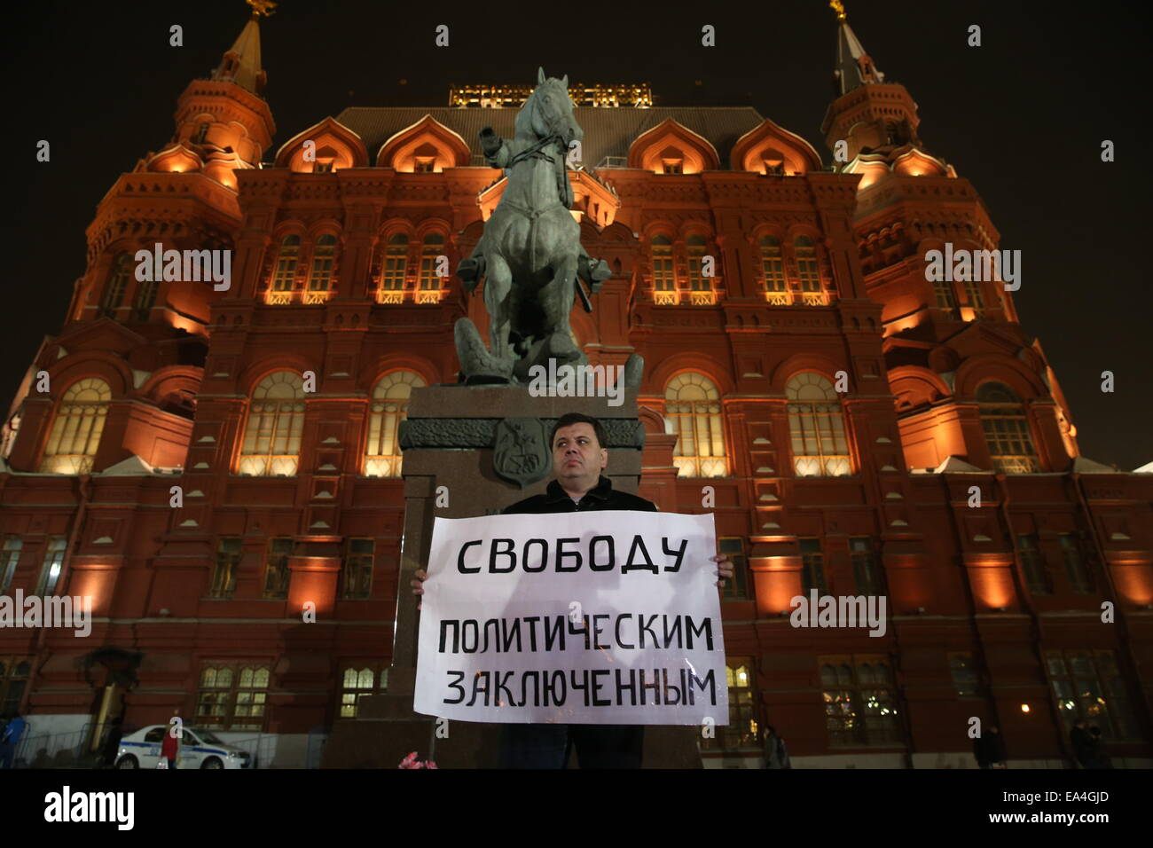 "Moscow, Russia. 6th Nov, 2014. A man holds a sign reading ""Freedom to political prisoners"" as he participates in Stock Photo"