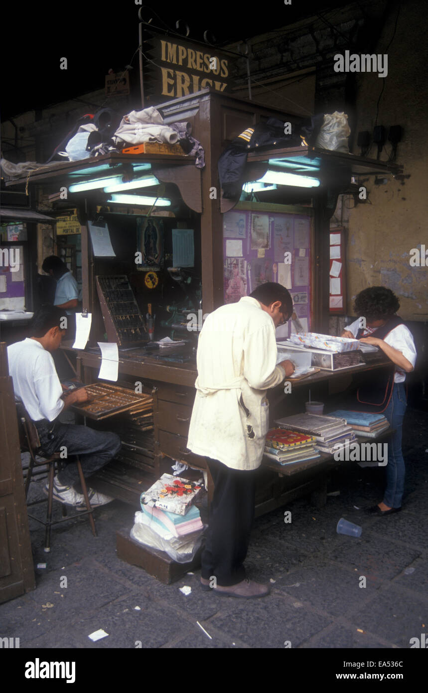 Offset printers stall and man typesetting by hand in the the Plaza Santo Domingo, Mexico City - Stock Image