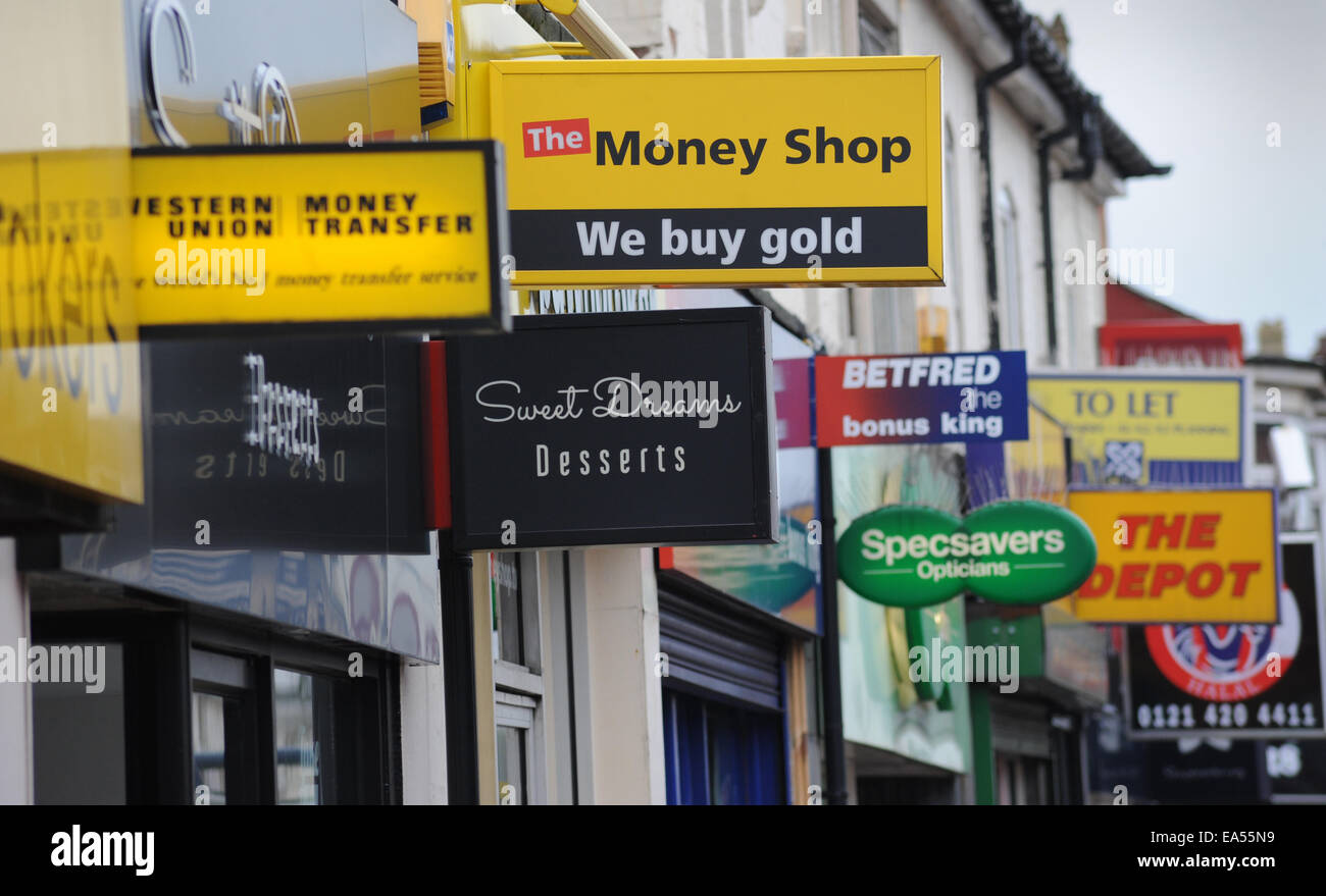 HIGH STREET SHOP SIGNS SHOWING MONEY LENDERS BETTING ETC RE THE HIGH STREET SHOPPERS ECONOMY INCOMES PAY DAY LOANS - Stock Image