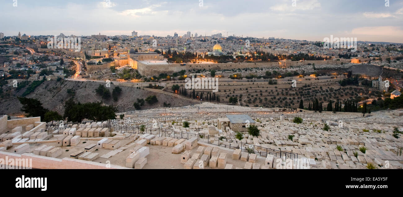 The temple mount and the graves from the mount of olives in front in the twilight in Jerusalem - Stock Image