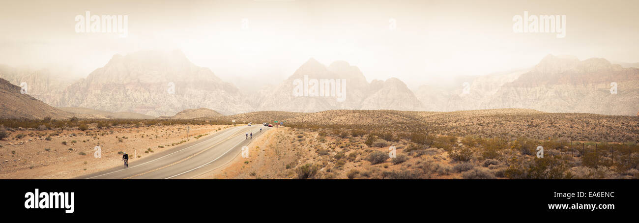 USA, Nevada, Clark County, Bonnie Springs, Red Rock Canyon National Conservation Area, Mountain range and bikers - Stock Image
