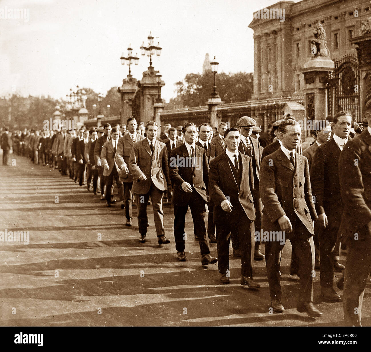 Recruits outside Buckingham Palace during WW1 - Stock Image