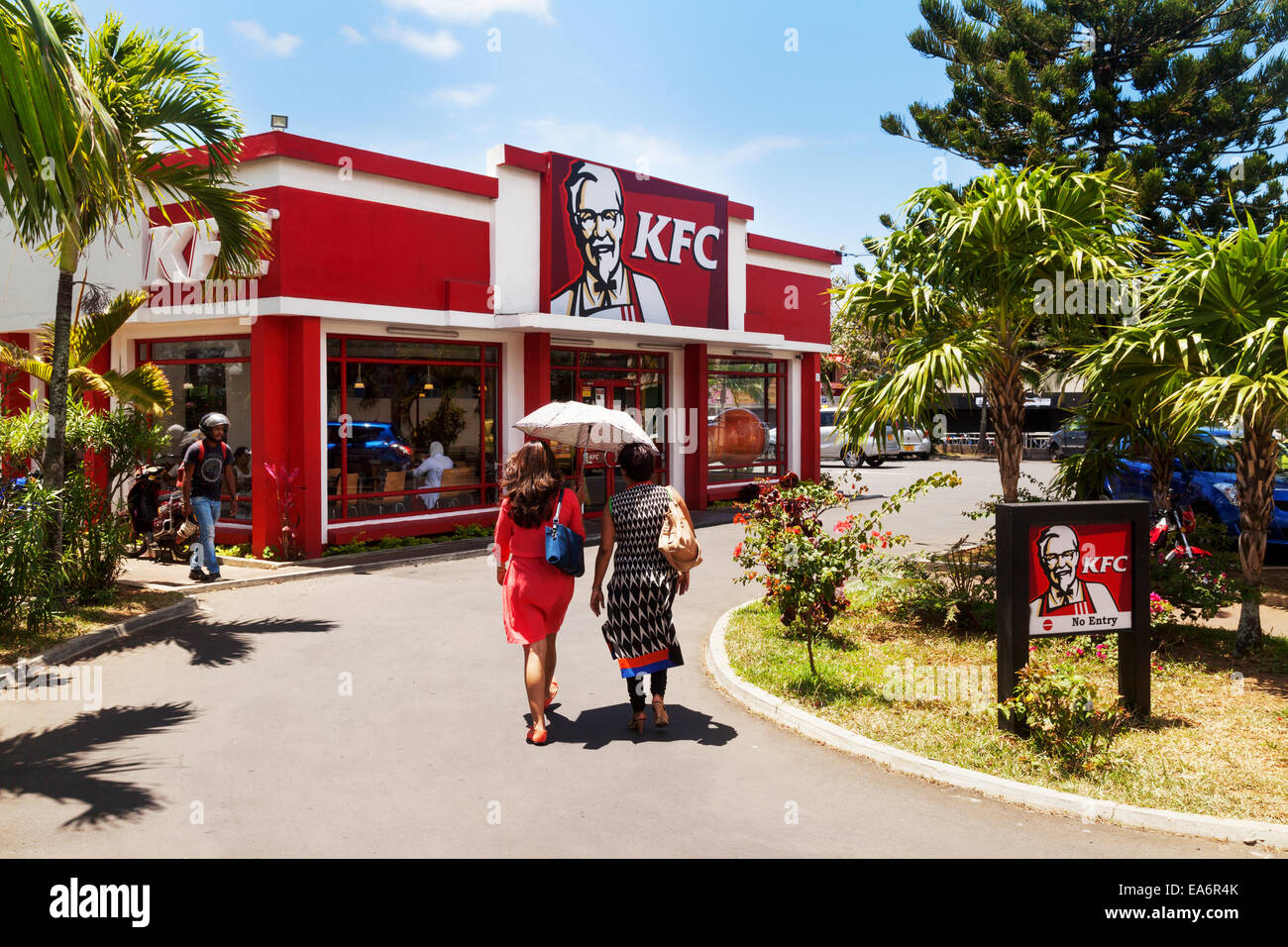 People going to KFC ( Kentucky Fried Chicken ), Flacq town, Mauritius - Stock Image